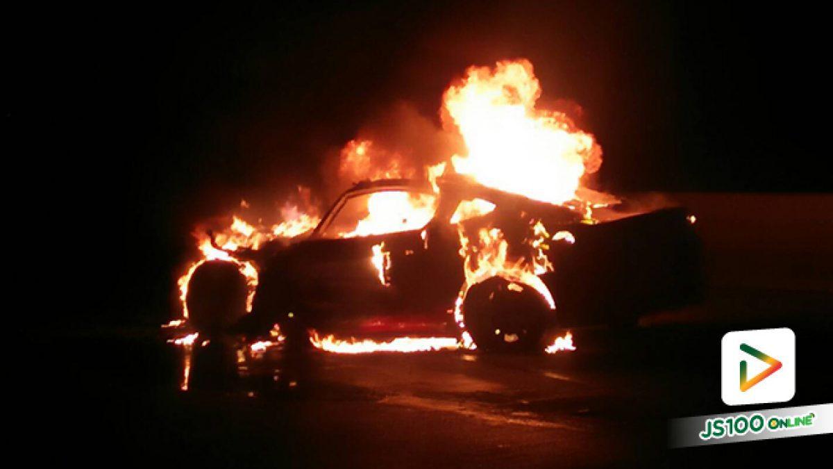 หนุ่มวัย 17 ปี ขับ 'ฟอร์ดมัสแตง' พุ่งชนท้ายรถบรรทุกทราย ไฟลุกท่วมเสียหายทั้งคัน