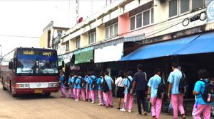 ชื่นชมเด็กนักเรียน โรงเรียนหนองไผ่ ยืนเรียงคิวต่อแถวขึ้นรถเมล์