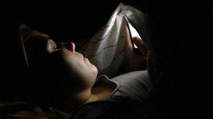 ต้องระวัง!!! เล่นมือถือในที่มืด ก่อให้เกิดอาการตาบอดแบบชั่วคราวได้