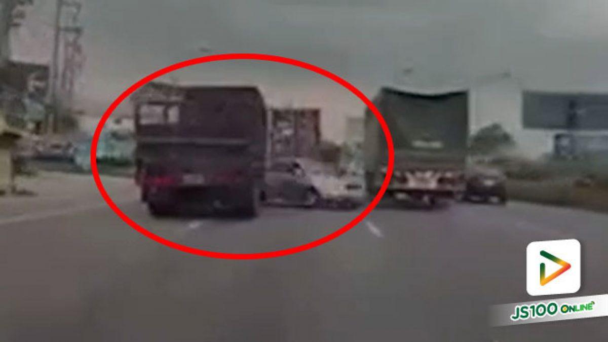 รถบรรทุกเปลี่ยนเลน ก่อนเบียดชนเก๋งหมุนคว้างหยุดกลางถนน