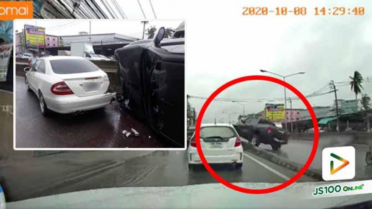 ปิคอัพเหินน้ำเสียหลักพุ่งชนรถยนต์หลายคัน ก่อนพลิกตะแคง (08/10/2020)
