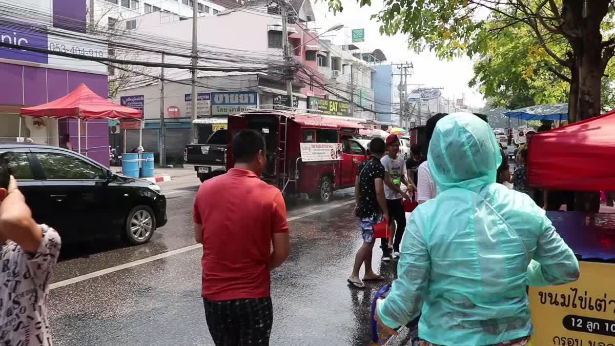 คูเมืองเชียงใหม่คึกคัก นักท่องเที่ยวเล่นน้ำสงกรานต์ตลอดทั้งวัน