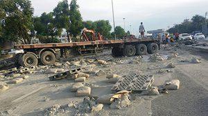 เกิดอุบัติเหตุรถพ่วงบรรทุกปูน เสียหลักชนขอบทางคว่ำ ขวางถ.กาญจนาฯ