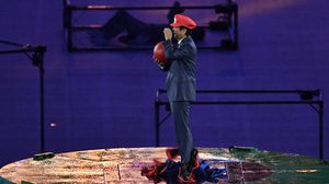 สุดยอด ! นายกฯ ญี่ปุ่น แต่ง 'มาริโอ' โผล่จากท่อรับไม้ต่อโอลิมปิก