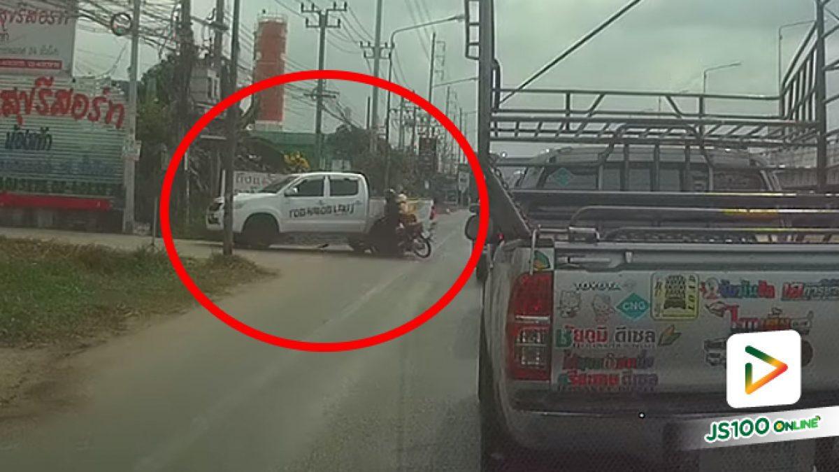 รถติดๆ ขี่แซงซ้ายไปอย่างไว เจอปิคอัพเลี้ยวเข้าซอยเลยชนเต็มแรง (13/03/2021)