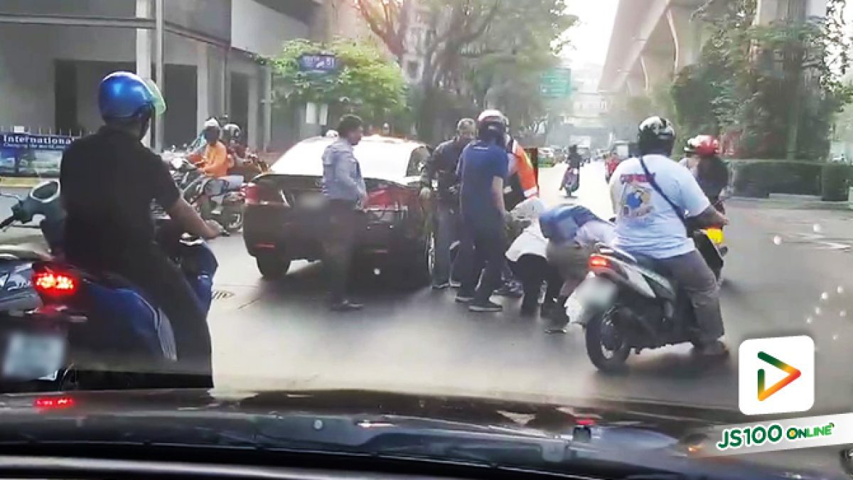 คนขับรถเก๋งลงมาชกกับคนขับจยย.แบบไม่ยั้ง! พลเมืองดีต้องรีบเข้ามาห้าม