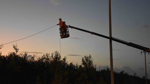 จนท.เร่งฟื้นฟูระบบไฟฟ้า ที่ได้รับความเสียหายจากพายุปาบึก แบบหามรุ่งหามค่ำ