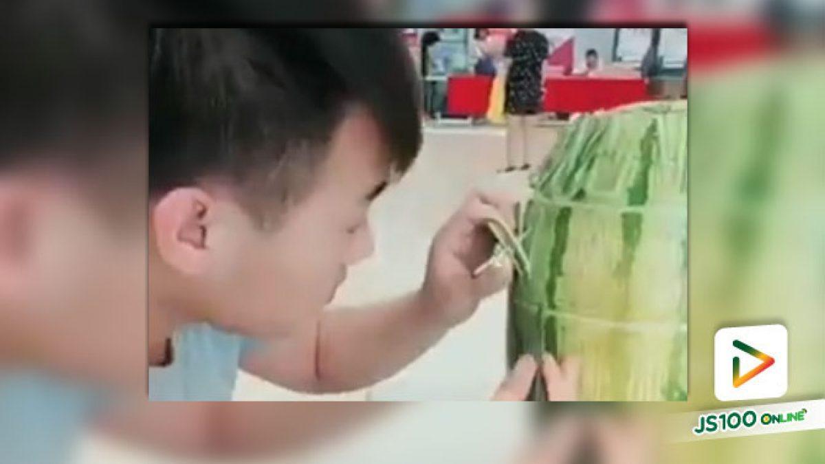 หนุ่มจีนสุดครีเอทแกะลายแตงโมได้น่าทึ่งจริงๆ (10-08-61)