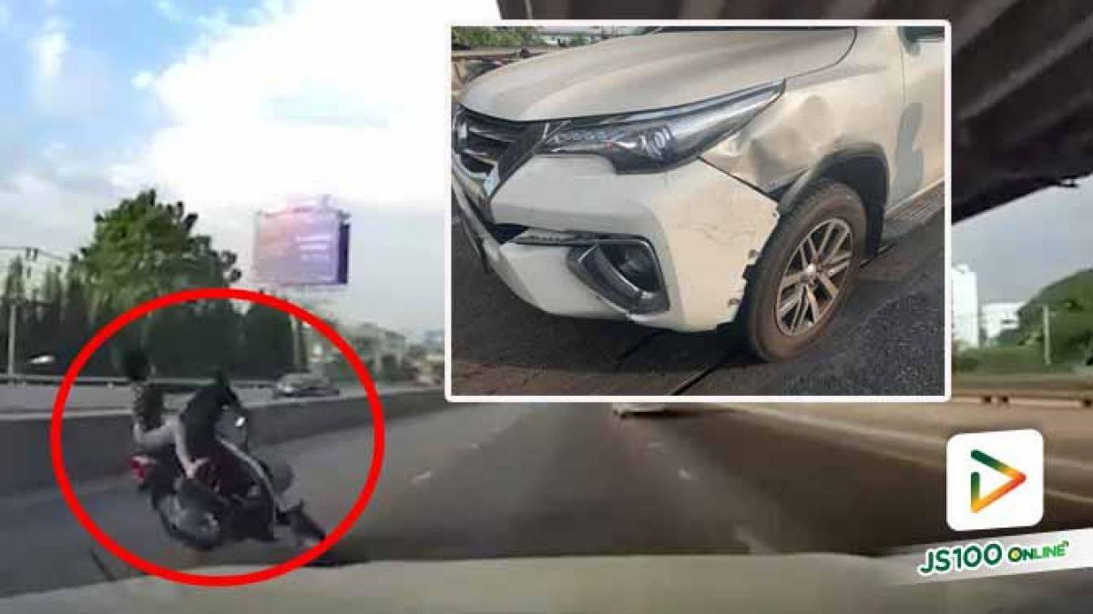 จยย.แฉลบร่องถนน ก่อนเสียหลักล้มกลิ้งรถกระเด็นเฉี่ยวชนรถ SUV บาดเจ็บ 2 คน  (16/12/2020)