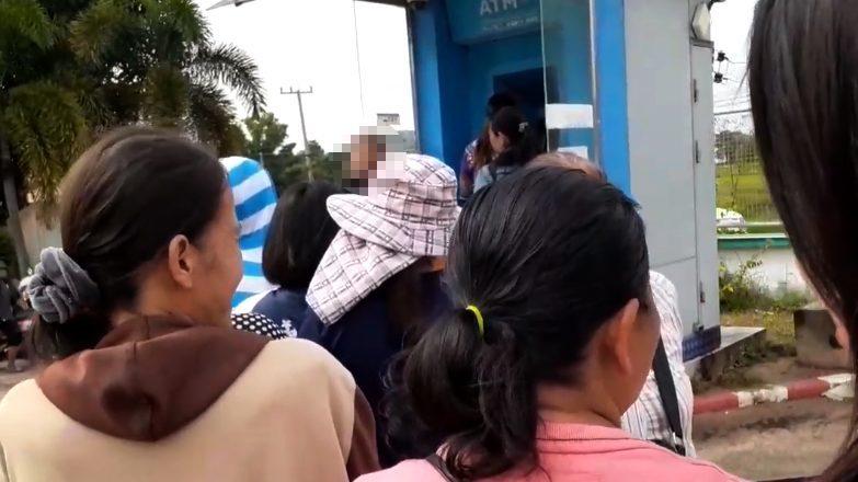 ชาวบ้านโต้คารมกันเดือด! ฉุนกดบัตรสวัสดิการแห่งรัฐหลายใบ ทำตู้ ATM เจ๊ง