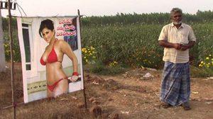 ชาวนาในอินเดียใช้รูป ดาวโป๊ ปักไว้กลางทุ่งน่า เพื่อปกป้องผลผลิตจากเพื่อนบ้านขี้ขโมย