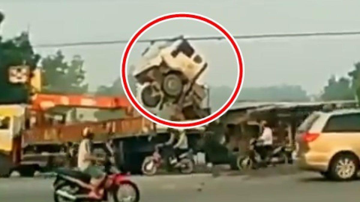 ถึงกับหัวรถชี้ฟ้า! นาที รถบรรทุก Vs รถบรรทุก กลางสี่แยก ในเวียดนาม