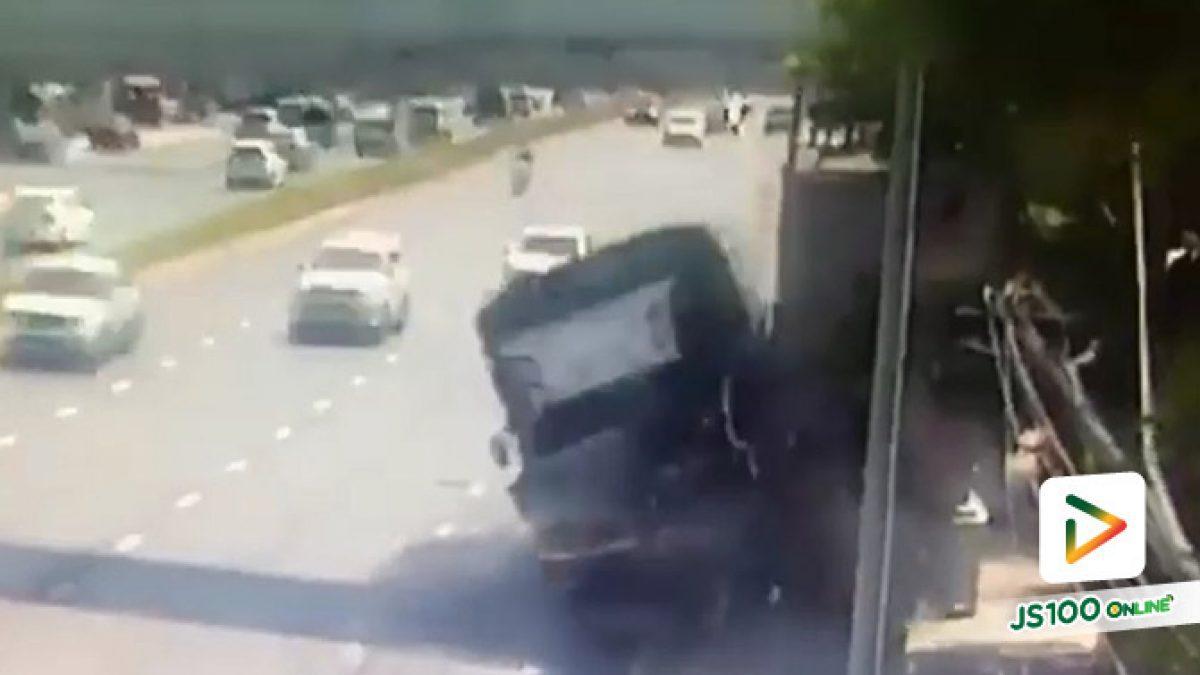 ชนสนั่น!! รถบรรทุก 10 ล้อ เสียหลักพุ่งชนบันไดสะพานลอยเสียหาย (14/12/62)