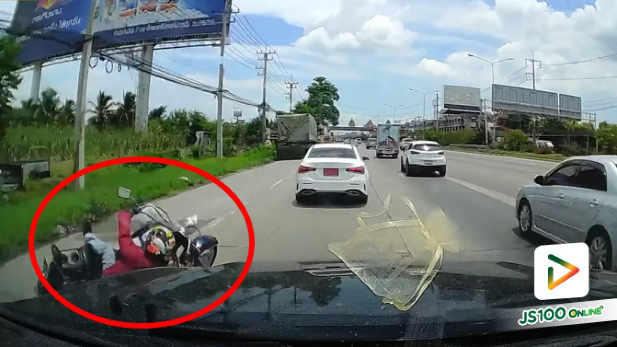 จยย.แซงซ้ายไหล่ทางจู่ๆ เสียหลักล้มเอง ดีที่รถยนต์หลบทัน