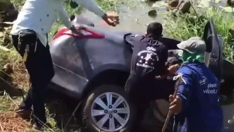 คาด GPS พามาทางลัด รถเสียหลัก ตกคูน้ำเสียชีวิตคู่