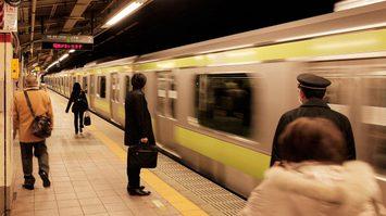 รถไฟญี่ปุ่นลงดาบพนักงาน หลังมีคลิปยืนหลับตา 11 วินาที