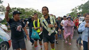 ชาวสงขลาแห่เชียร์ 'ตูน บอดี้สแลม' วิ่งฝ่าสายฝน ยอดบริจาคพุ่ง 125 ล้าน