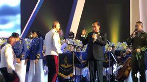 'บิ๊กตู่' คว้าไมค์โดดขึ้นเวทีร่วมร้องเพลงในงานเลี้ยง วันกองทัพอากาศ
