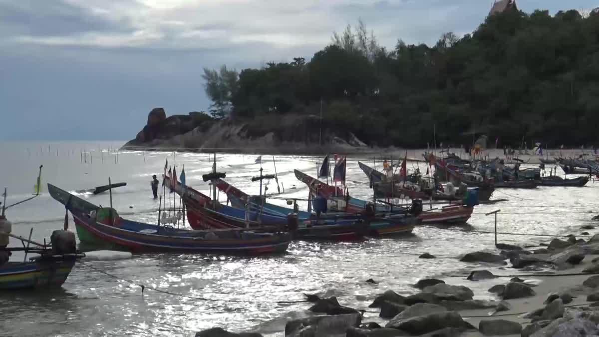 ชาวประมงหยุดออกเรือ หวั่นเจอคลื่นลมแรงจากอิทธิพลของ 'พายุมังคุด'