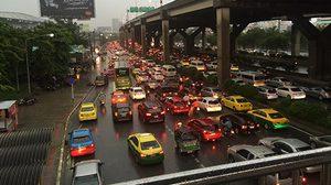 จราจรพหลโยธินรถติดสะสม ฝนเริ่มตกหลายพื้นที่ทั่วกรุง