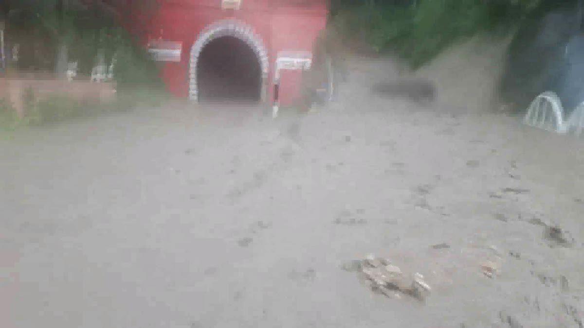 ฝนถล่มลำปาง! น้ำป่าไหลหลาก ดินโคลนทะลักปิดรางรถไฟอุโมงค์ขุนตาล