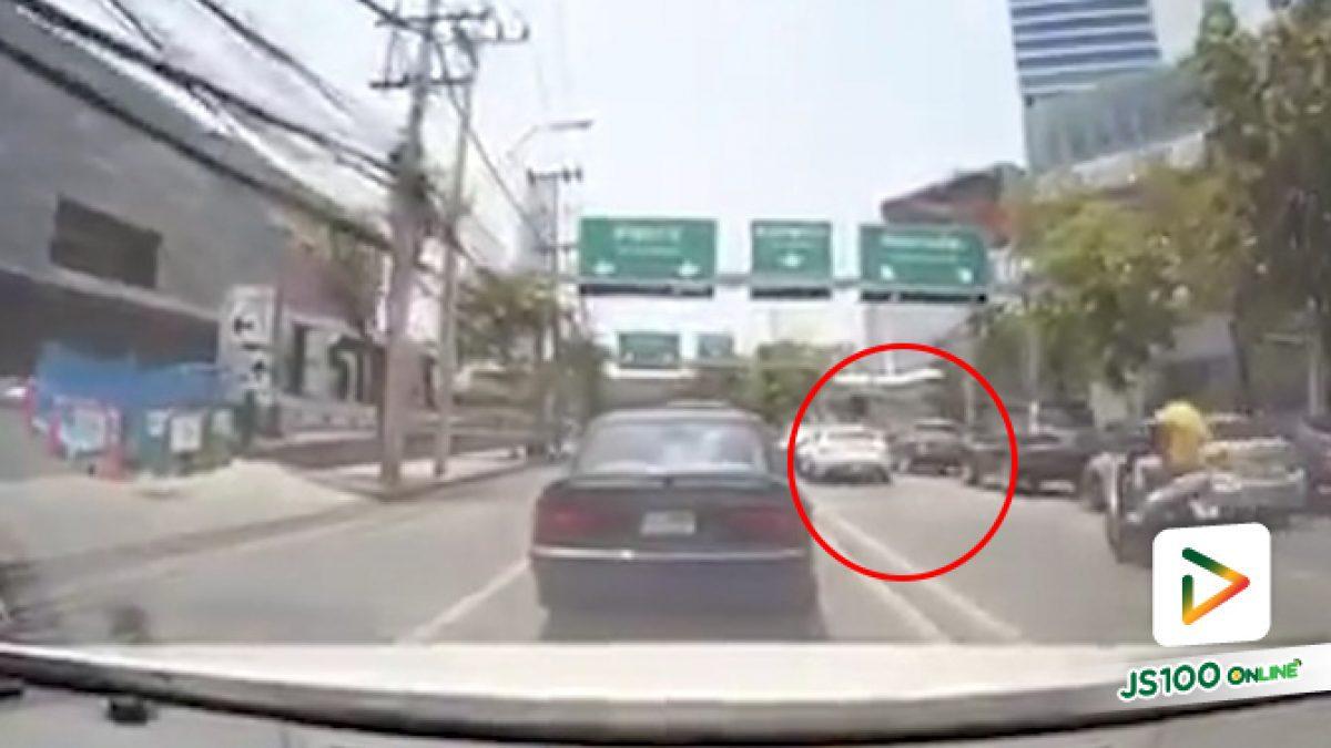 คลิปนาทีจยย. ชนท้ายเก๋งที่จอดรอสัญญาณไฟแดง บนถนนรัชดา (22-05-62)