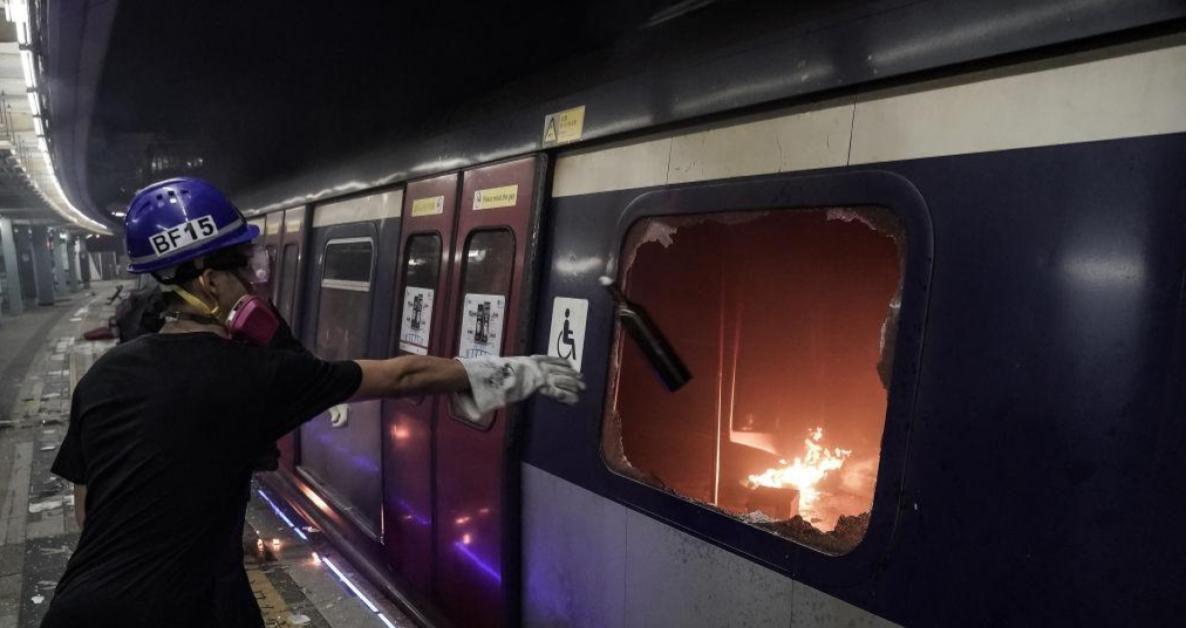 จนท. รถไฟใต้ดินฮ่องกงเผย 'สถานีเสียหายหนัก' งานซ่อมเทียบได้กับสร้างใหม่ (ภาพชุด)