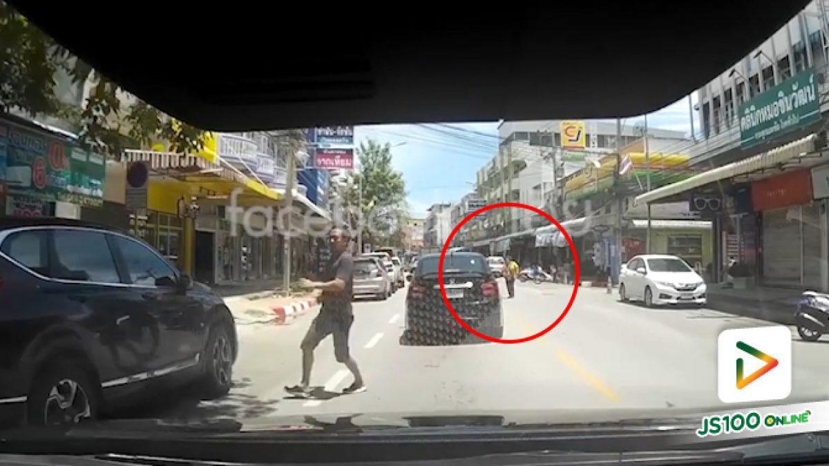 คลิปคนข้ามถนนไม่ทันมอง เกือบโดนตยย.วิ่งทางตรงชน (26-06-62)