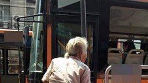 วิจารณ์แซด! รถเมล์ไร้น้ำใจ ปิดประตูไม่รับ ยายถือของเยอะ