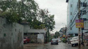 พิษฝนถล่มกรุง! ทำจราจรติดขัด ซ.เสือใหญ่ น้ำท่วมขังสูง