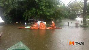 ชาวเน็ตชื่นชม! เจ้าอาวาสวัดดังเมืองคอน พายเรือแจกของผู้ประสบอุทกภัย