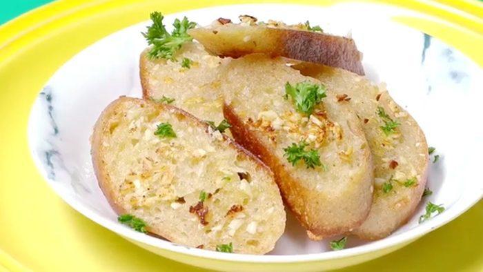 วิธีทำ ขนมปังกระเทียม กรอบอร่อย ทำกินเองง่ายๆ
