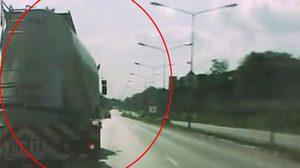คลิประทึก!! รถพ่วงเบรกแตก คาแยกไฟแดง หวิดชนกระบะจอดขวางหน้า