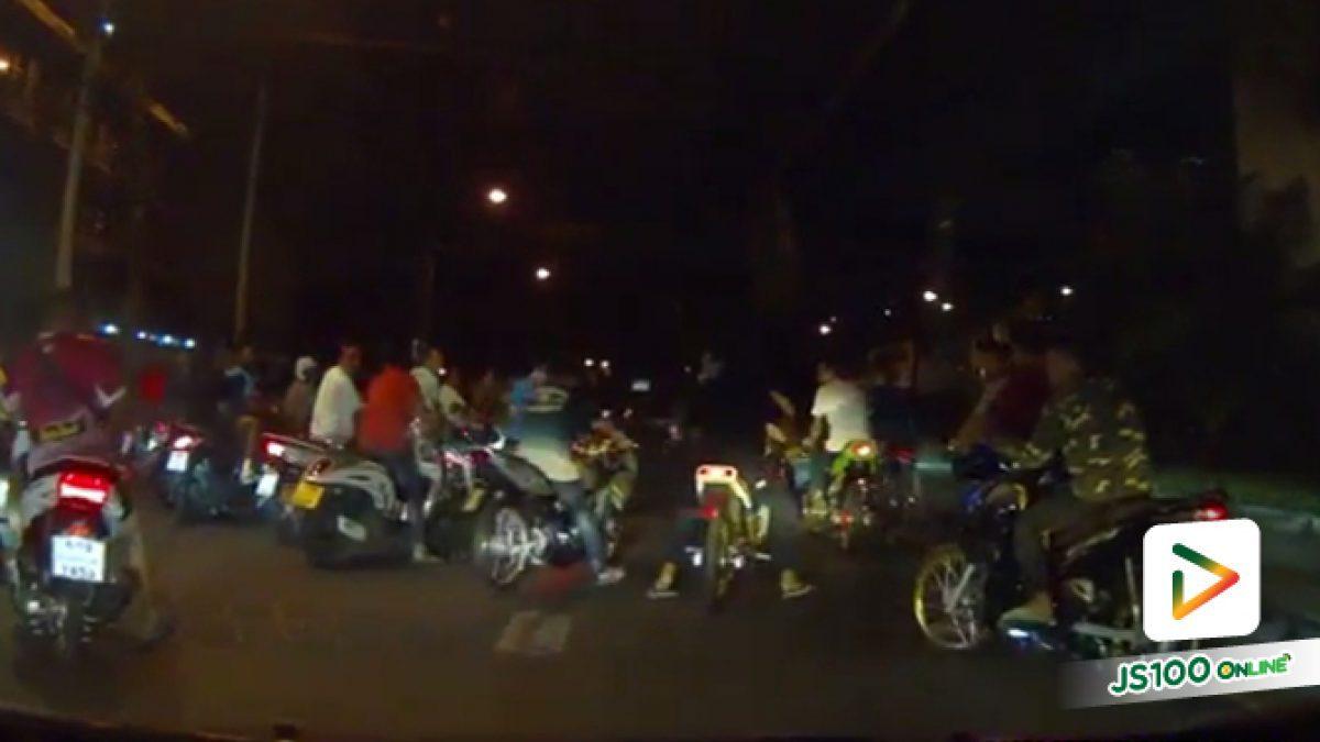 วัยรุ่นขับจยย.ตั้งแก๊งปิดถนน บริเวณถนนเจริญกรุง (26-11-61)