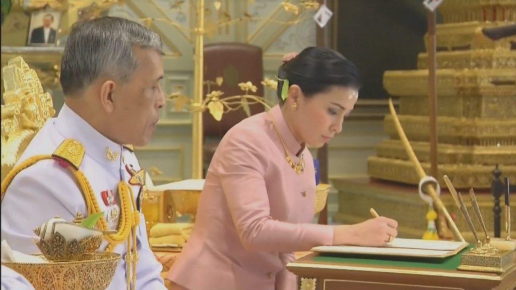 สมเด็จพระราชินีทรงลงพระนามาภิไธยในสมุดทะเบียนราชาภิเษกสมรส