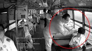 ผู้โดยสารฉุนกระเป๋ารถเมล์ เดินไปกดหัวชี้หน้าดูถูก เหตุไม่มีเงินทอน