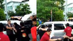 คลิปเดือดกลางสี่แยก! คนไทยปะทะชาวต่างชาติ ปาหินลากลงรถ-กระทืบซัดกันเละ