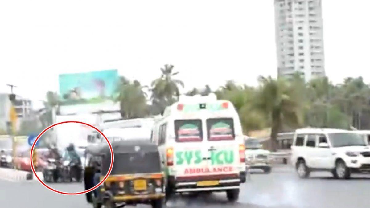 นาที รถแอมบูแลนซ์ อินเดียพุ่งชน Vs กลุ่มมอไซค์จอดติดไฟแดง เหตุ Taxi ไม่หลบให้แซง