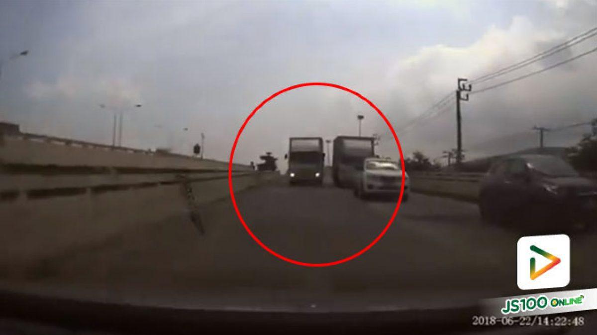 คลิปนถบรรทุกแซงย้อนศรขึ้นสะพานแล้วยังตบไฟสูงใส่รถที่มาถูกทางอีก (26-06-61)