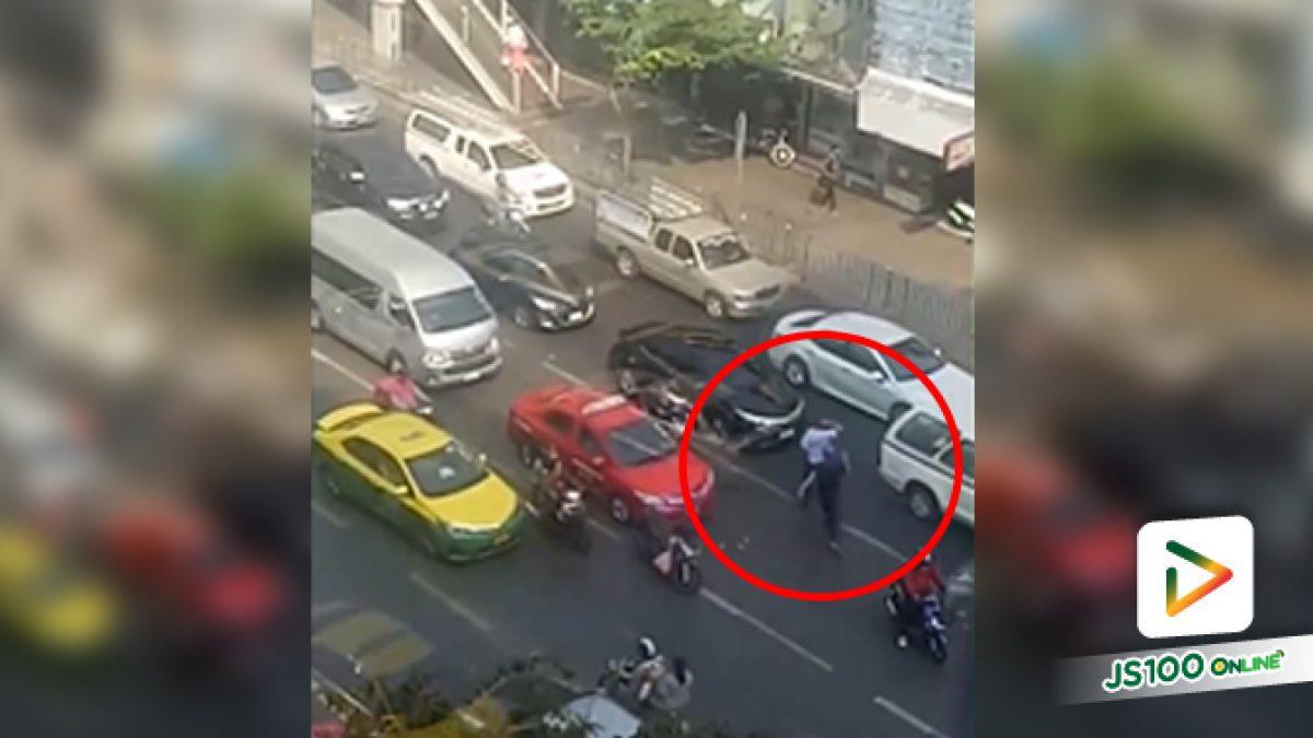 ไม่รู้ว่ามีปัญหาอะไรกันมาก่อน แต่วิ่งไล่ทำร้ายกลางถนนแบบนี้เกินไปหน่อยนะ (26/12/2019)