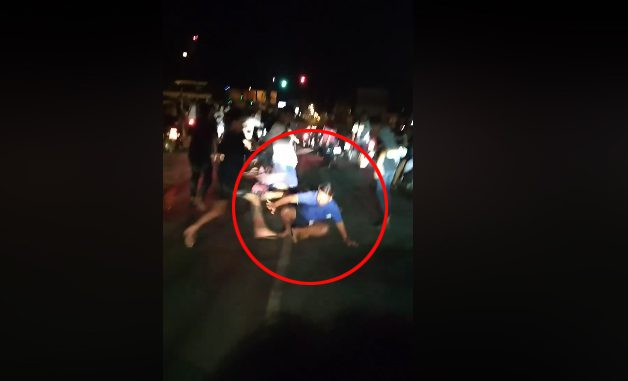 คลิปเด็กแว้นนับ 10 รุมเข้าทำร้ายคนขี่รถจยย.  ที่แยกพีกาซัส โคราช