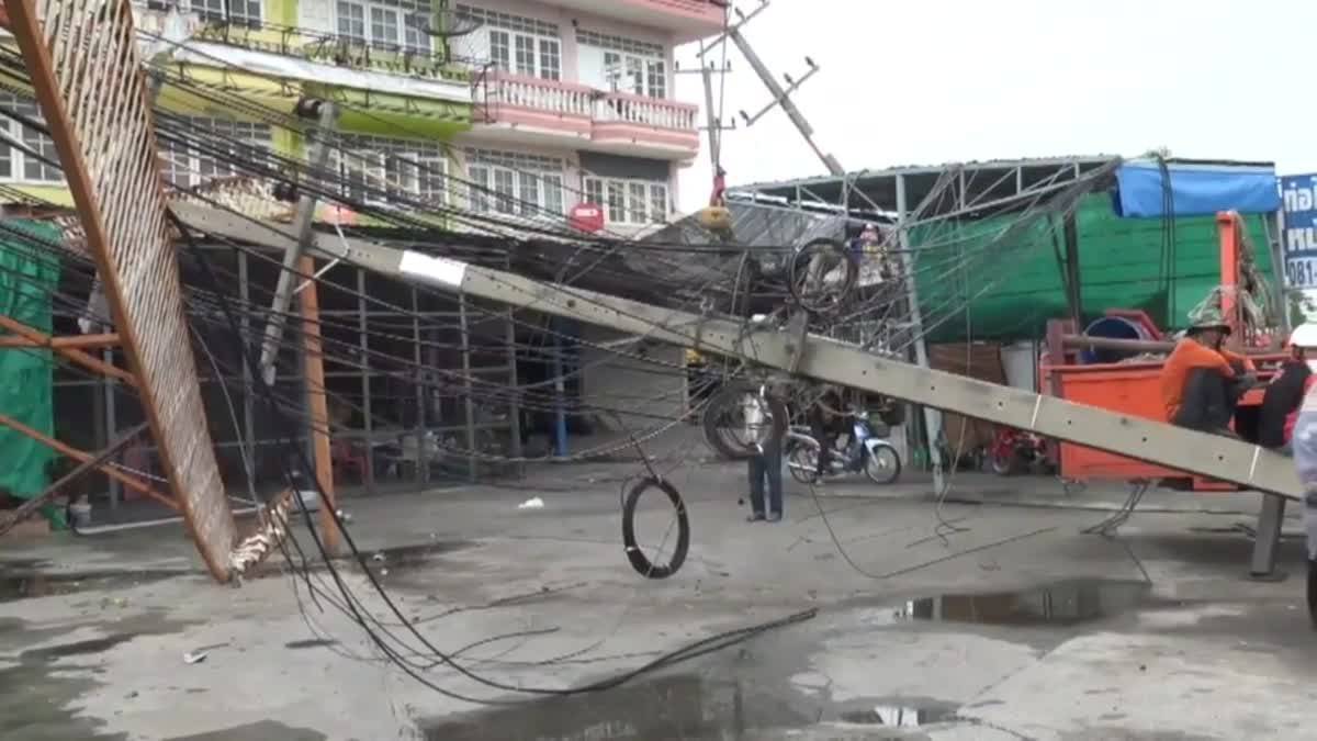 รถบัสหักหลบคนเดินข้ามถนน เสียหลักชนเสาไฟฟ้าหัก 6 ต้น