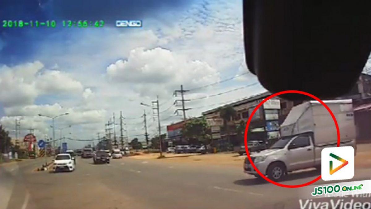 คลิปความมักง่ายของรถกระบะขับตัดเลน ทำให้รถที่กำลังมาชนฝุ่นตลบ (12-11-61)