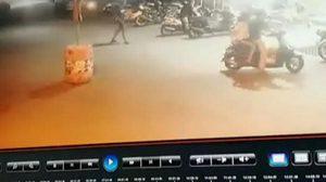 แม่วิ่งโร่แจ้งความ หลังลูกชายถูกกลุ่มวัยรุ่นทำร้าย ก่อนตามไปยิงขู่ถึงบ้าน