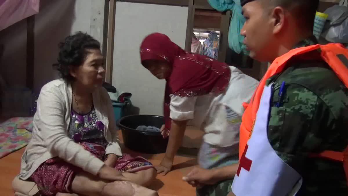 ทหารสตูลลุยน้ำท่วม แบกยารักษาโรคเข้ารักษาผู้ป่วยติดเตียง