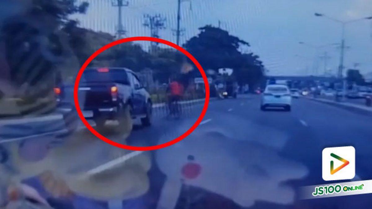ชายวัย 60 ปีขี่จักรยานเลี้ยวกลับรถแล้วข้ามถนน ถูกปิคอัพพุ่งชนเต็มแรง เสียชีวิตทันที