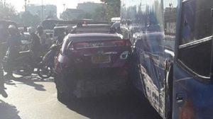 เปิดภาพ หลังรถทัวร์เบรคแตก พุ่งชนรถติดไฟแดงพัง 11  คัน