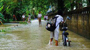 พัทลุงน้ำยังท่วมสูง เด็กนักเรียนเดินลุยน้ำไปเรียนหนังสือ
