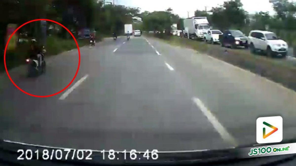 คลิปนาทีจยย.ชนกันเสียหลักกระเด็นไปชนรถตู้ที่วิ่งตามมา มีผู้เสียชีวิต 1 คน จ.ชลบุรี (09-07-61)