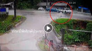 คลิปนาที กระบะชนประสานงากันที่กระบี่ หลังเกิดฝนตกถนนลื่น